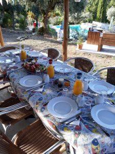 Aan tafel voor ontbijt in de tuin